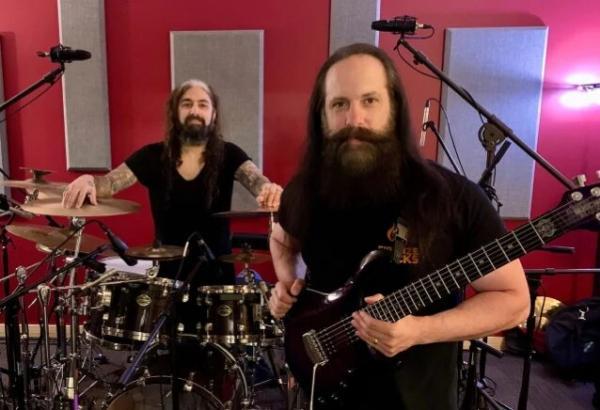 Συνεργασία του John Petrucci με τον Mike Portnoy!